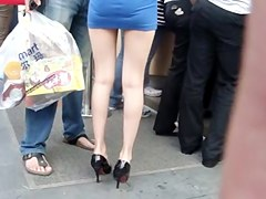 Hottie in miniskirt gets caught in a street candid clip