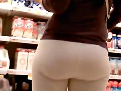 Big booty in yoga pants caught in a street candid video